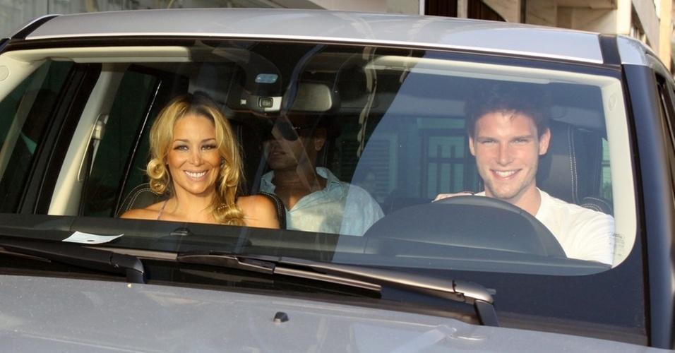 Danielle Winits e Jonatas Faro deixam hotel Fasano, no Rio, antes do casamento (8/12/2010)