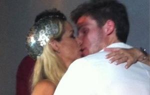 Danielle Winits e Jonatas Faro se beijam durante o casamento no condomínio Greenwood Park, no Itanhangá (8/12/10). Foto tirada por Betty Lago e publicada, com a autorização do casal, no Twitter