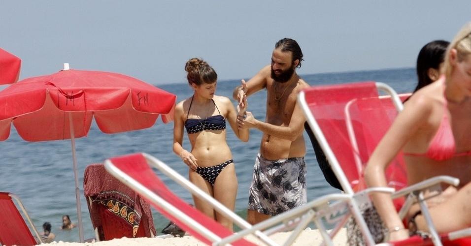 Mallu Magalhães e Marcelo Camelo vão à praia no Leblon, zona sul carioca (13/12/10)