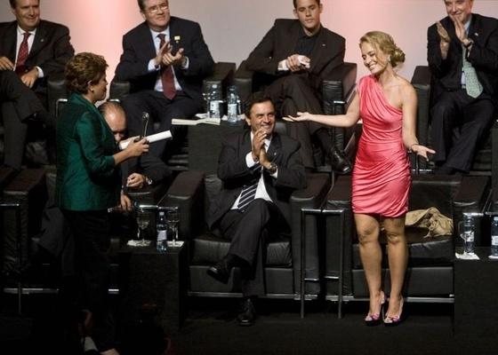 A presidente eleita Dilma Rousseff (à esq.) entrega o prêmio de Personalidade do Ano na Televisão a Angélica (15/12/2010)