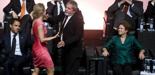 Angélica é cumprimentada pelo presidente Lula no prêmio