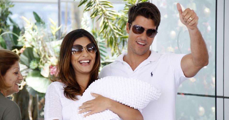Juliana Paes deixa maternidade em companhia do filho Pedro e do marido, Carlos Eduardo Baptista, no Rio (18/12/2010)