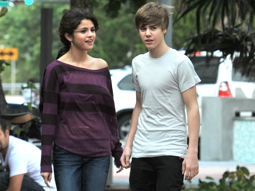 Justin Bieber e Selena Gomez passeiam pelas ruas de Miami (18/12)