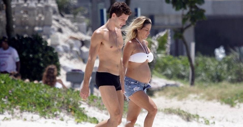 Jonatas Faro e Danielle Winits na Praia do Pepê, na Barra,zona oeste do Rio de Janeiro (21/12/10)
