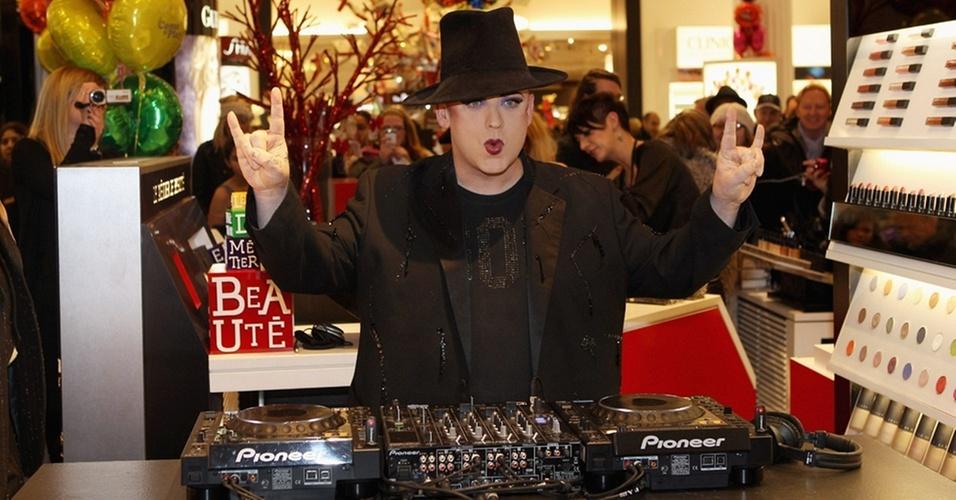 cantor Boy George toca para o público de uma loja de departamentos