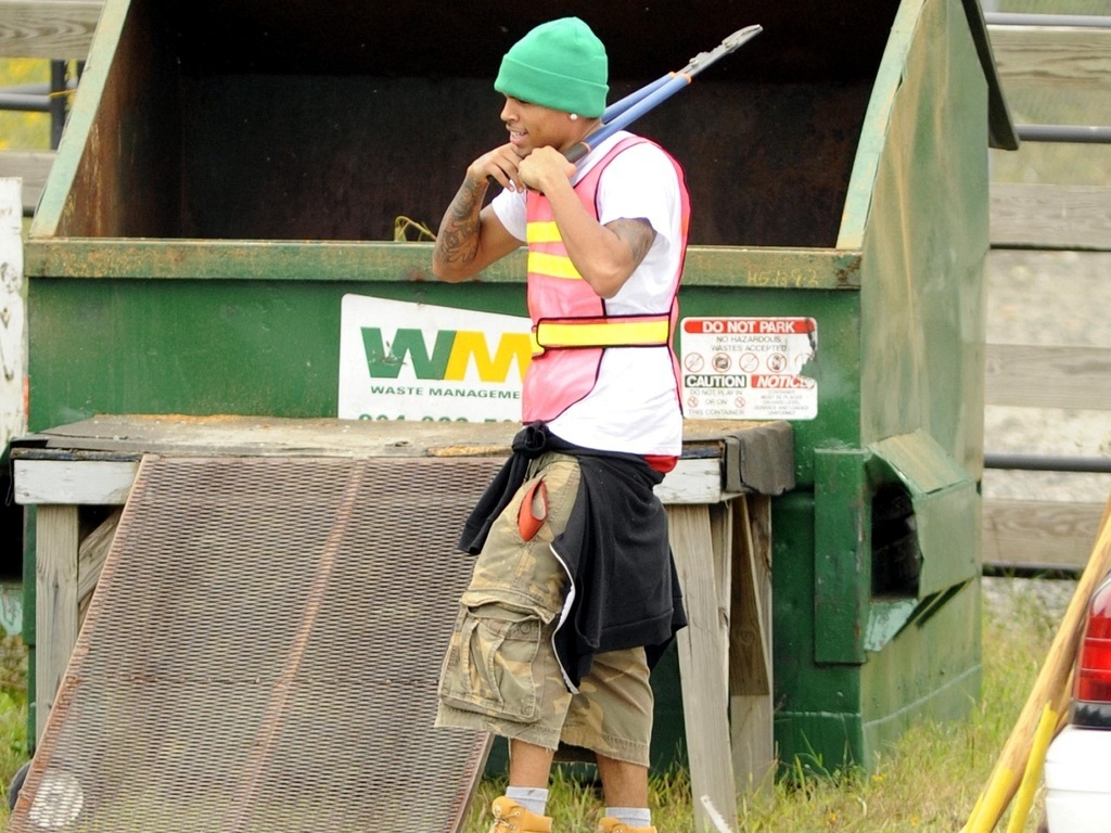 Chris Brown presta serviço comunitário em Richmond, na Virginia, por agredir Rihanna (17/9/09)