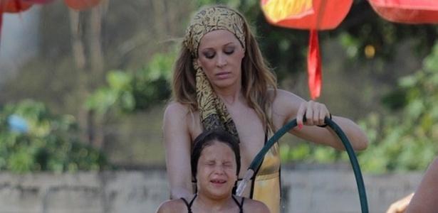 Cláudia Raia dá banhode mangueira em Sophia em praia do Rio de Janeiro (21/12/10)