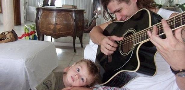 Dado Dolabella posa com o filho João Valentim em sua casa, no Leblon (22/12/10)