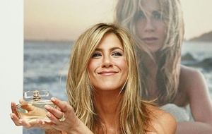 A atriz Jennifer Aniston no lanamento de seu perfume