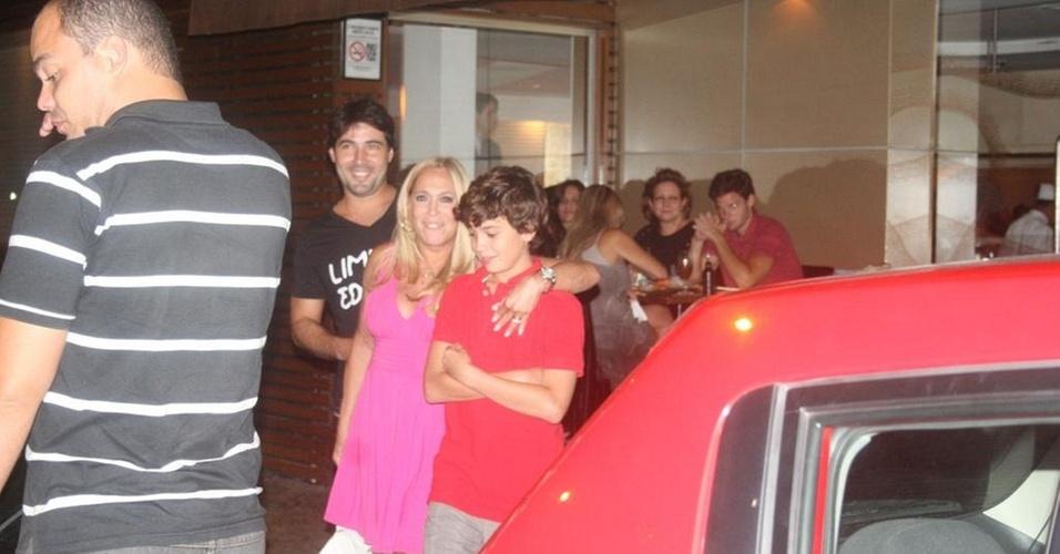 Com o namorado e o neto, Susana Vieira é fotografada em frente a restaurante da zona sul carioca (28/12/10)