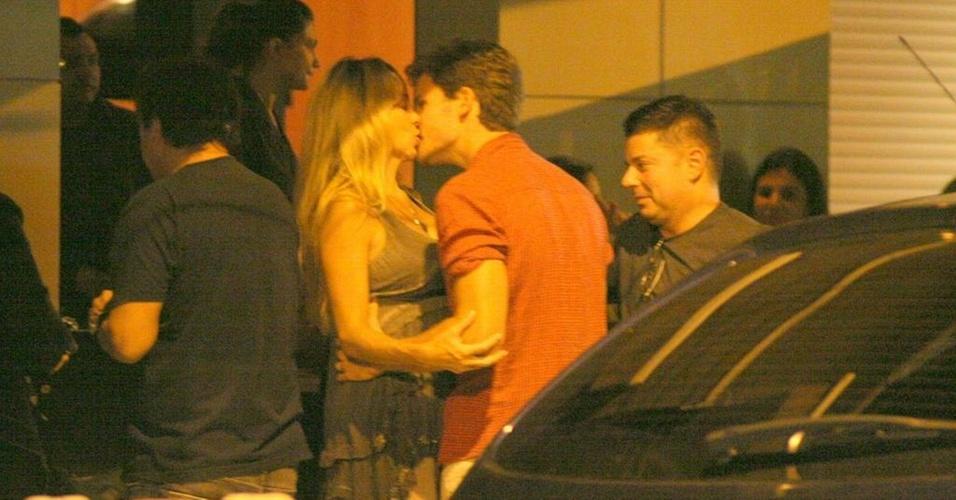 Danielle Winits e Jonatas Faro se beijam em frente a um restaurante no Leblon, zona sul do Rio (28/12/10)