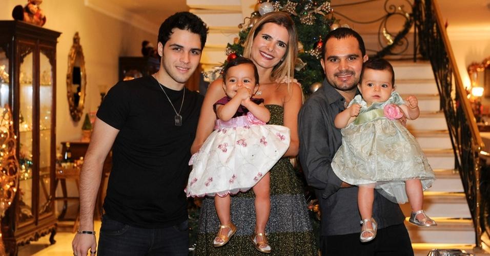 O sertanejo Luciano e sua mulher, a arquiteta Flávia Fonseca, apresentam as filhas gêmeas, Isabella e Helena, ao lado do segundo filho do cantor, Nathan (24/12/2010)