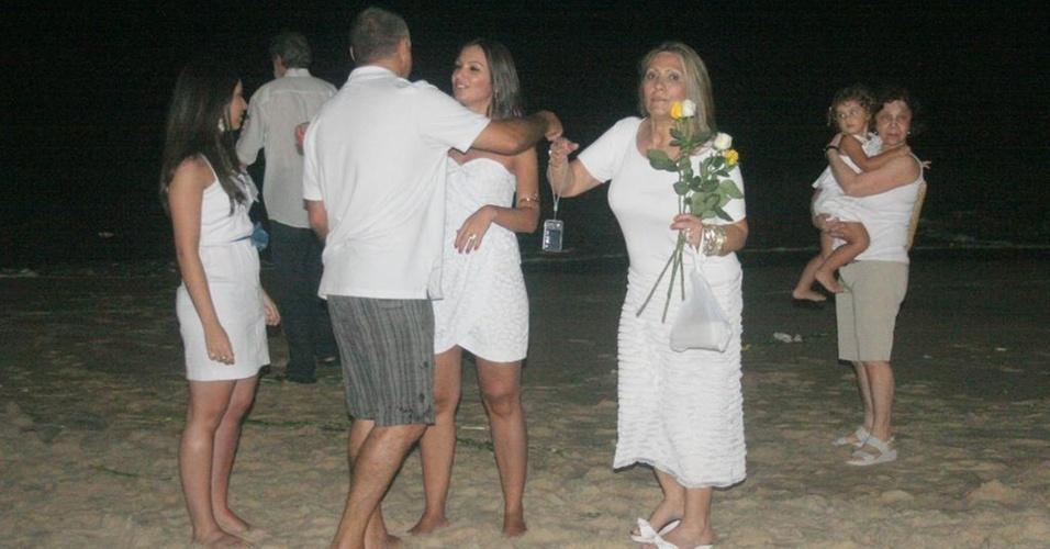 A jornalista Patrícia Poeta confraterniza a chegada do Ano Novo ao lado de familiares, na praia do Leblon, no Rio (1/12/2010)