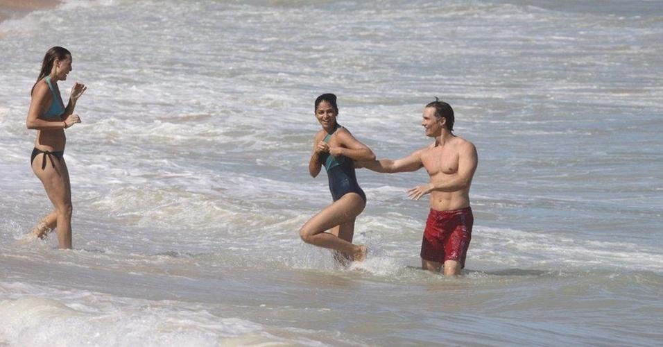 O ator Matthew McConaughey e a mulher, Camila Alves, curtem praia em Trancoso, na Bahia (3/1/11)