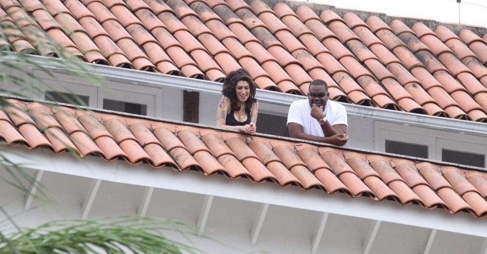 Amy Winehouse e seu segurança na sacada do Hotel Santa Teresa, no Rio de Janeiro (5/1/11)