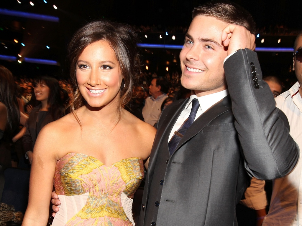 Ashley Tisdale e Zac Efron na plateia do People's Choice Awards, em Los Angeles (5/1/2011)