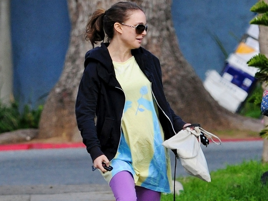 A atriz Natalie Portman usa uma roupa larga ao passear com o cachorro, mas  possvel ver a barriguinha de grvida, no Griffith Park, em Los Angeles (6/1/2011)