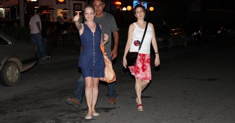 Drica Moraes, o namorado Fernando e a amiga Mallu Valle deixam restaurante no Rio após jantar (6/1/2011)