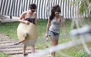 Amy Winehouse lê Sidney Sheldon na piscina do hotel em Santa Tereza, Rio (08/01/2011)