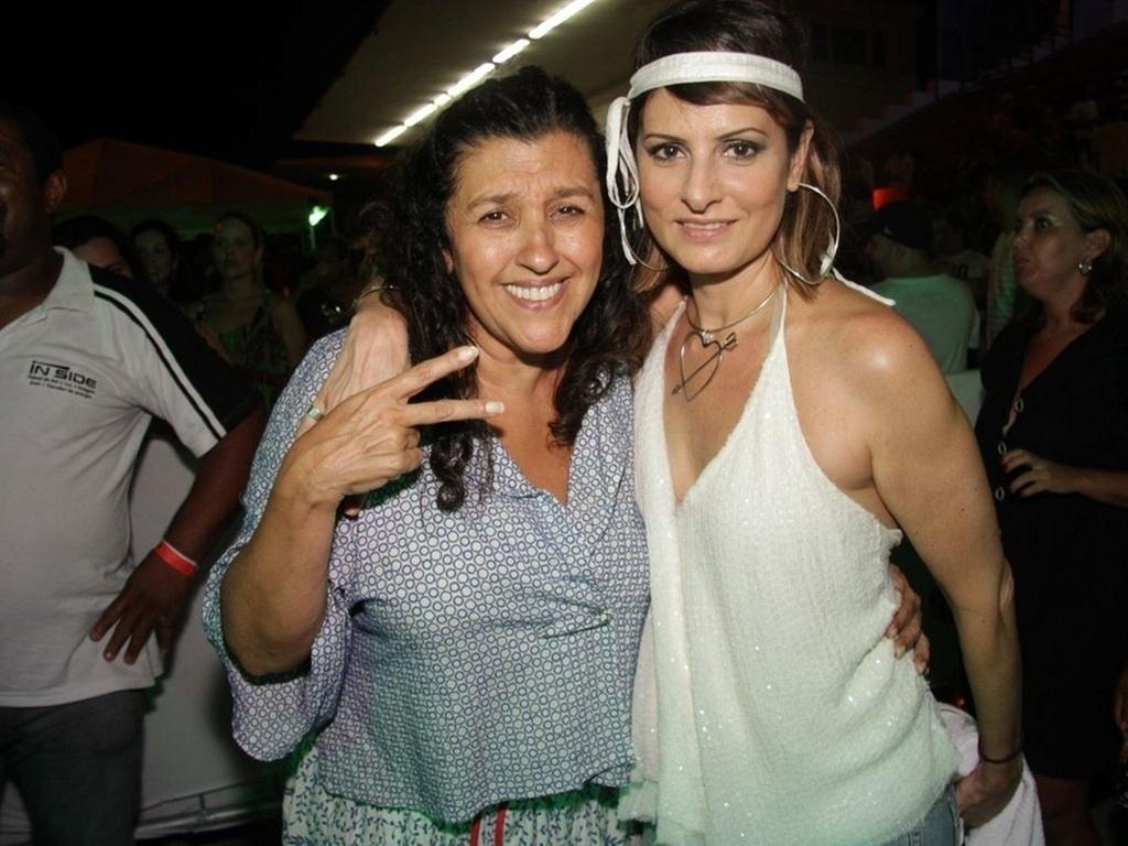 Regina Casé e Fernanda Abreu vão ao ensaio do bloco Sapucapeta, na zona sul do Rio (9/1/2011)