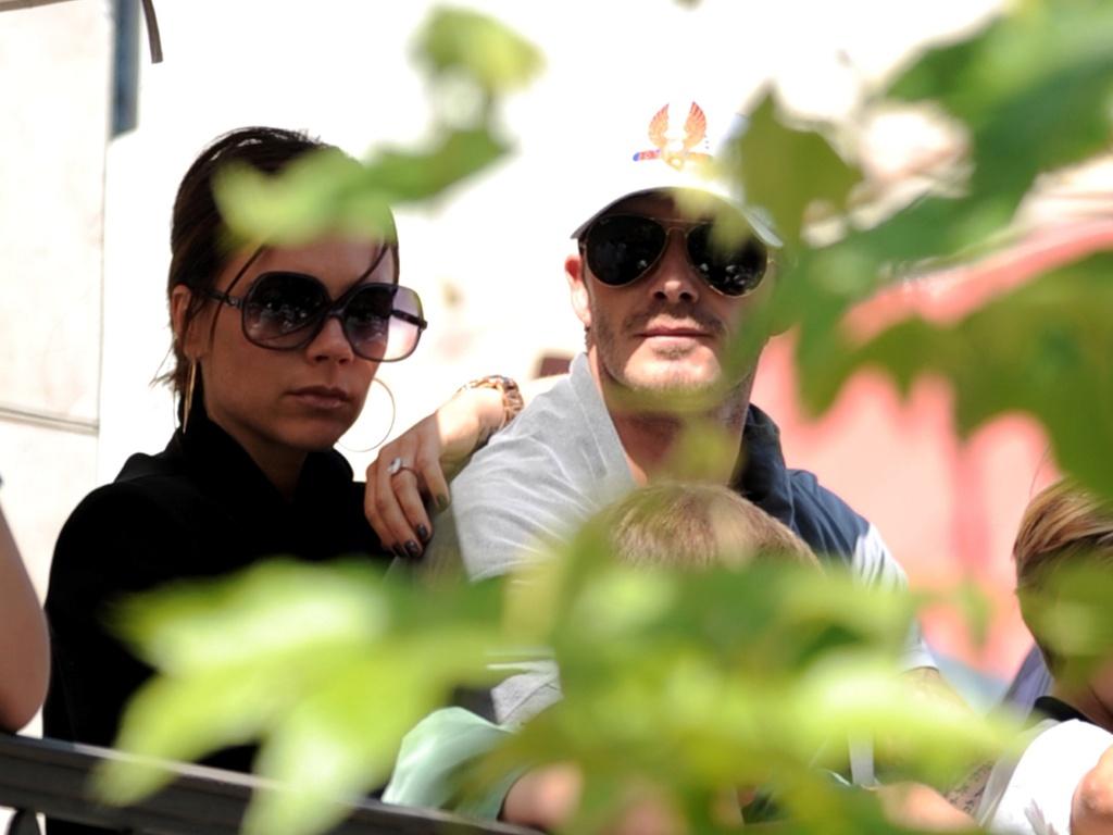 Victoria e David Beckham aguardam o início do show do Jonas Brothers em Los Angeles (15/5/2010)