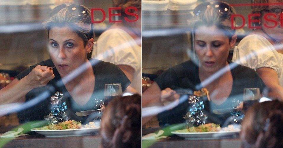A atriz Guilhermina Guinle é flagrada por um paparazzo durante seu almoço em um restaurante no Leblon, no Rio de Janeiro (11/1/2011)