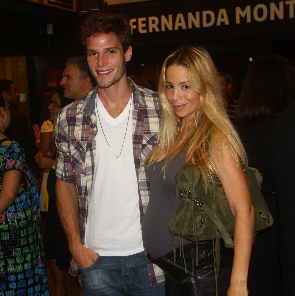 Jonatas Faro e Danielle Winits vão à reestreia de peça no Rio (14/1/11)