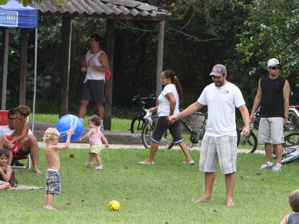 O ator Thiago Lacerda foi com a família ao Bosque da Barra, no Rio de Janeiro. Ele o filho Gael, com a bola azul na mão, brincaram na grama no sábado (15/1/11)