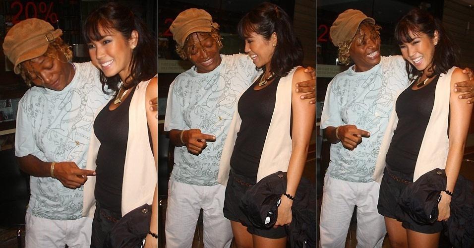 A cantora Mart'nália faz graça com a atriz Daniele Suzuki, que está grávida de quatro meses, na apresentação especial para convidados da peça