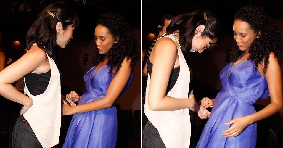 As atrizes Daniele Suzuki e Taís Araújo, que estão grávidas, conversam após a apresentação da peça