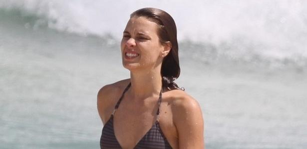 Carolina Dieckmann vai à praia da Reserva, na zona oeste do Rio (19/1/2011)