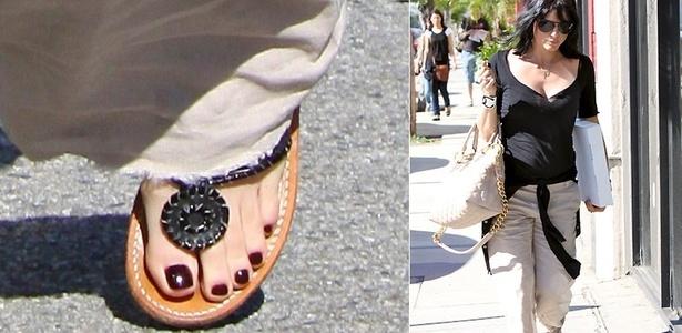 A atriz Selma Blair mostra as unhas bem cuidadas na saída de um salão de beleza em Los Angeles (24/1/2011)
