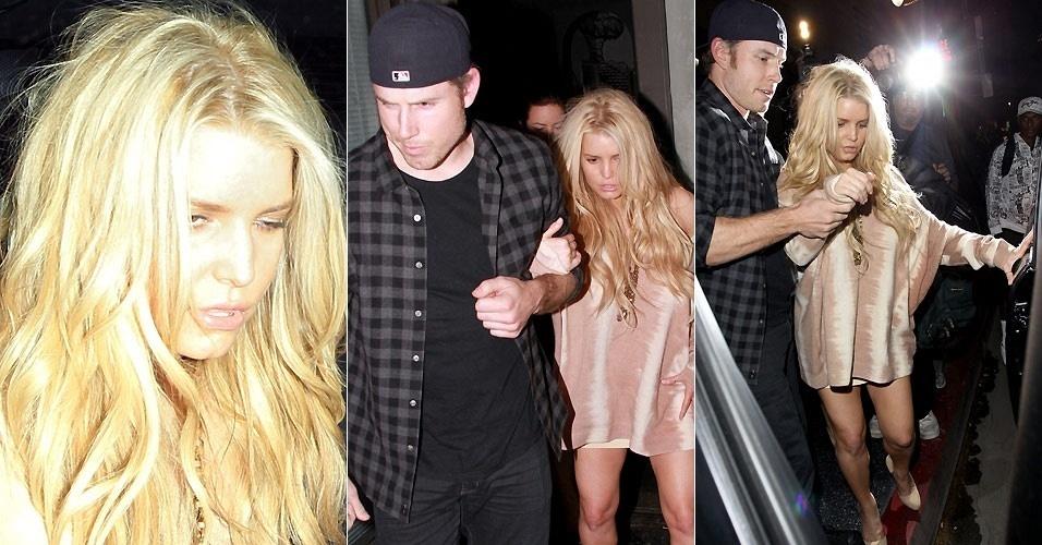 Aparentemente bêbada, a cantora Jessica Simpson sai de um restaurante em Los Angeles com a ajuda do noivo Eric Johnson (24/1/2011)