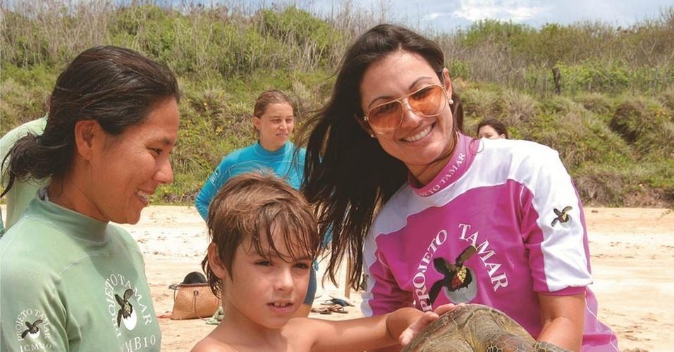 Com o filho Felipe, Patrícia Poeta visita o Projeto Tamar em Fernando de Noronha (24/1/2011)