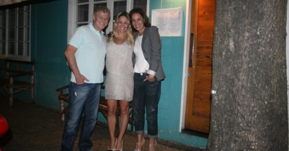 Miguel Falabella, Danielle Winits e Carolina Ferraz em um restaurante na zona sul do Rio (25/1/2011)