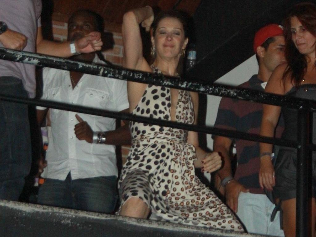 Claudia Raia dança até o chão em casa de show no Rio de Janeiro (27/1/11)