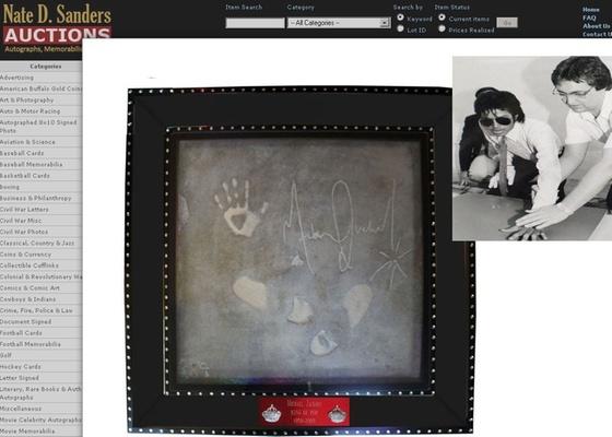 Foto de reprodução do site que está leiloando o concreto com as impressões dos pés e das mãos de Michael Jackson (27/1/2011)