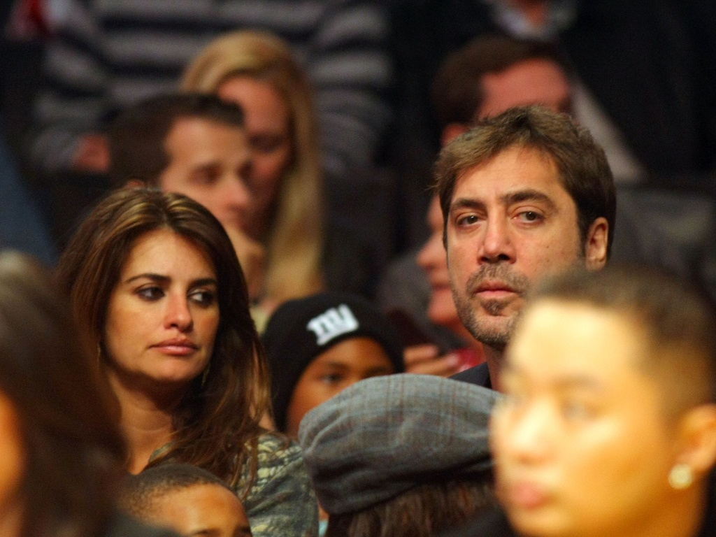 Penélope Cruz e Javier Bardem no jogo entre Miami Heat e Los Angeles Lakers, em Los Angeles (25/12/2010)