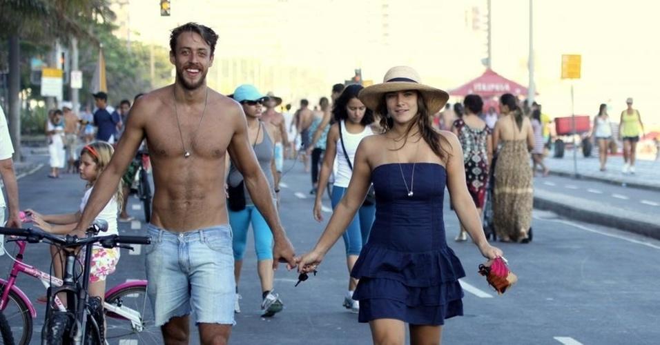 Renan Abreu e Priscila Fantin passeiam de mãos dadas pela orla de Leblon, no Rio (30/1/2011)
