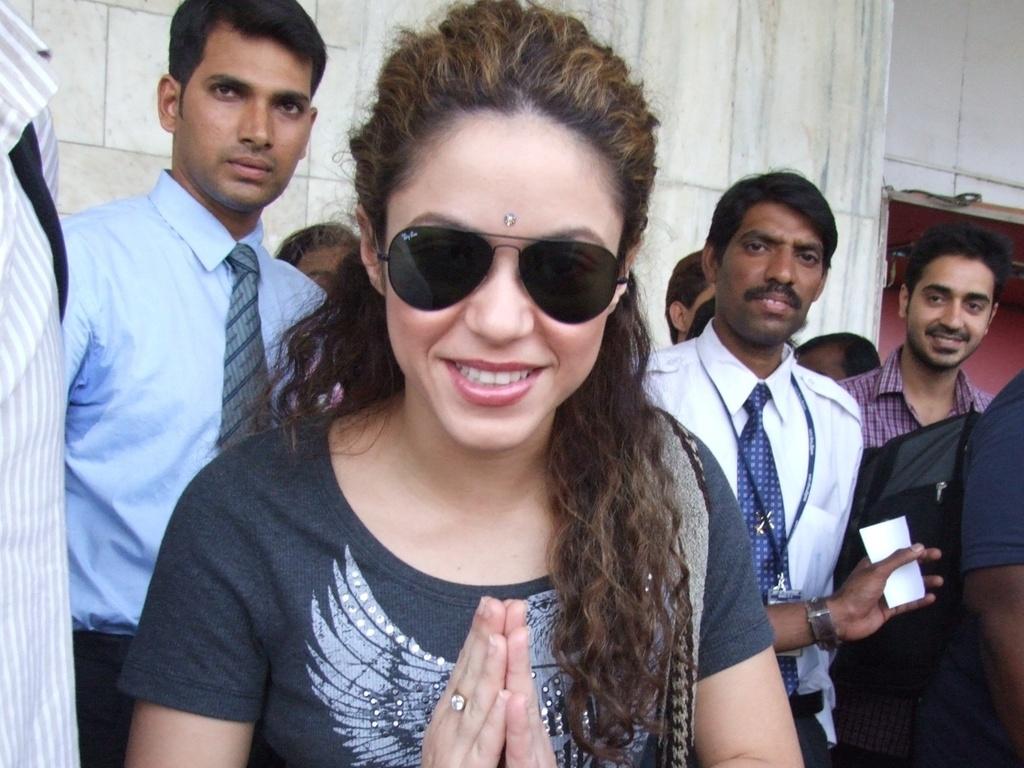 Shakira faz uma reverência durante passeio em Mumbai, na Índia (26/3/2007)