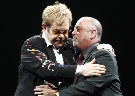 Elton John e Billy Joel (dir.) se abraçam durante show em Anaheim, na Califórnia (30/3/2009)