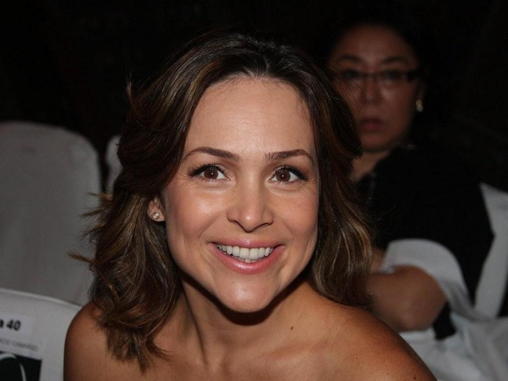 Gabriela Duarte sorri na primeira fila do desfile de Glória Coelho no último dia do SPFW Inverno 2011 (2/2/2011)