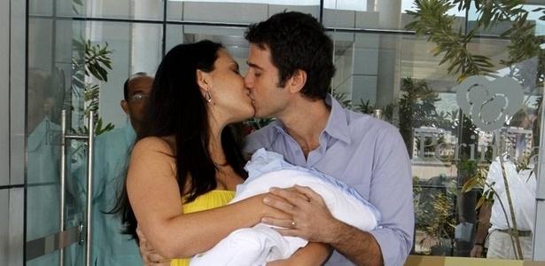 Andrea Leal e Eriberto Leão deixam a maternidade Perinatal da Barra, na zona oeste do Rio (7/2/2011)