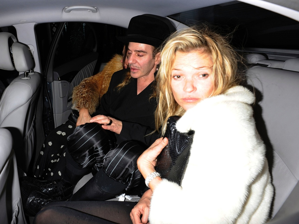 Kate Moss sai aparentemente bbada de clube noturno em Londres, acompanhada do estilista John Galliano (6/2/2011)