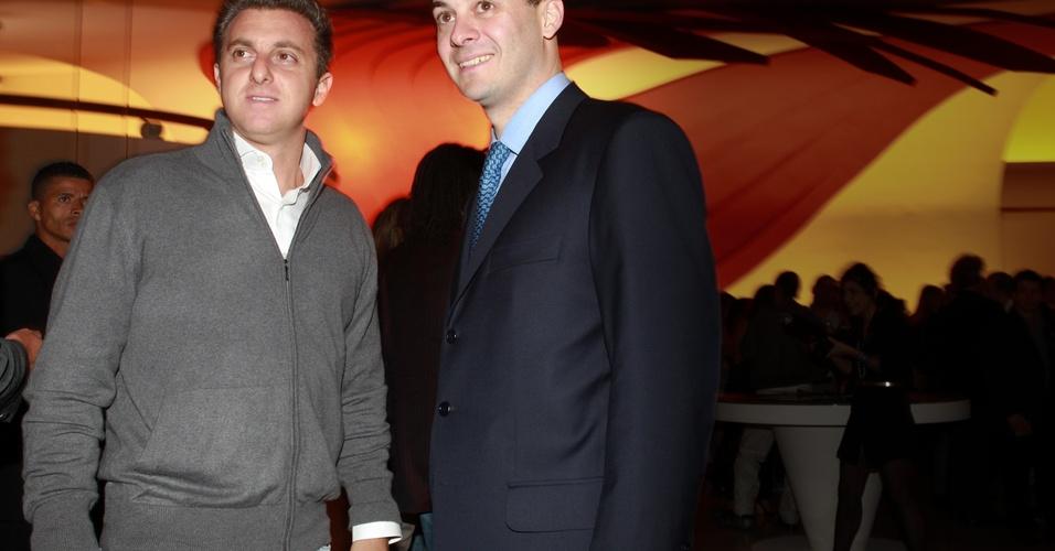 Luciano Huck e José Auriemo Neto durante coquetel que antecede a cerimônia de entrega do Prêmio Trip Transformadores, promovido pela revista Trip, no auditório Ibirapuera, em São Paulo (27/10/2010)