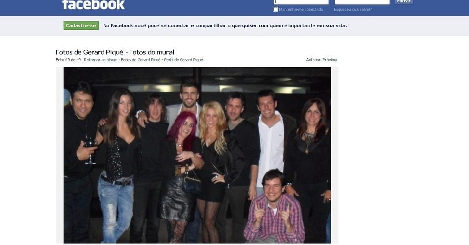 Piqué publica foto de aniversário ao lado da cantora Shakira e amigos, em seu Facebook (6/2/2011)