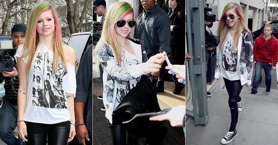Com mechas verdes e rosas no cabelo, a cantora canadense Avril Lavigne atende fãs na saída de um hotel em Paris (8/2/2011)