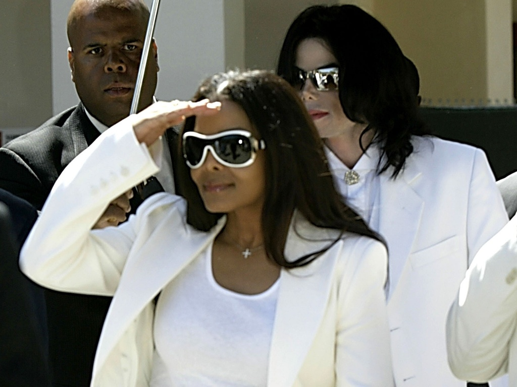 Janet Jackson e Michael Jackson deixam o tribunal de Santa Maria, Califórnia (16/8/2004)