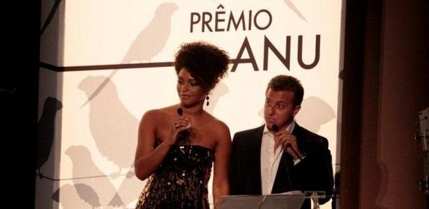 Juliana Alves e Luciano Huck apresentam prêmio no Theatro Municipal do Rio (7/2/2011)