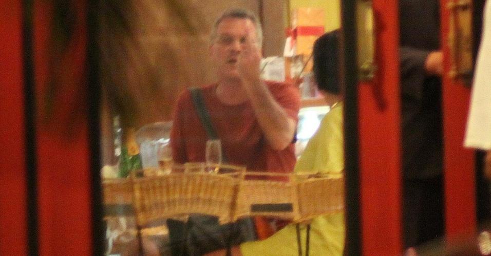 O apresentador Pedro Bial mostra o dedo do meio ao perceber que está sendo fotografado, em um restaurante no Rio de Janeiro (7/2/2011)